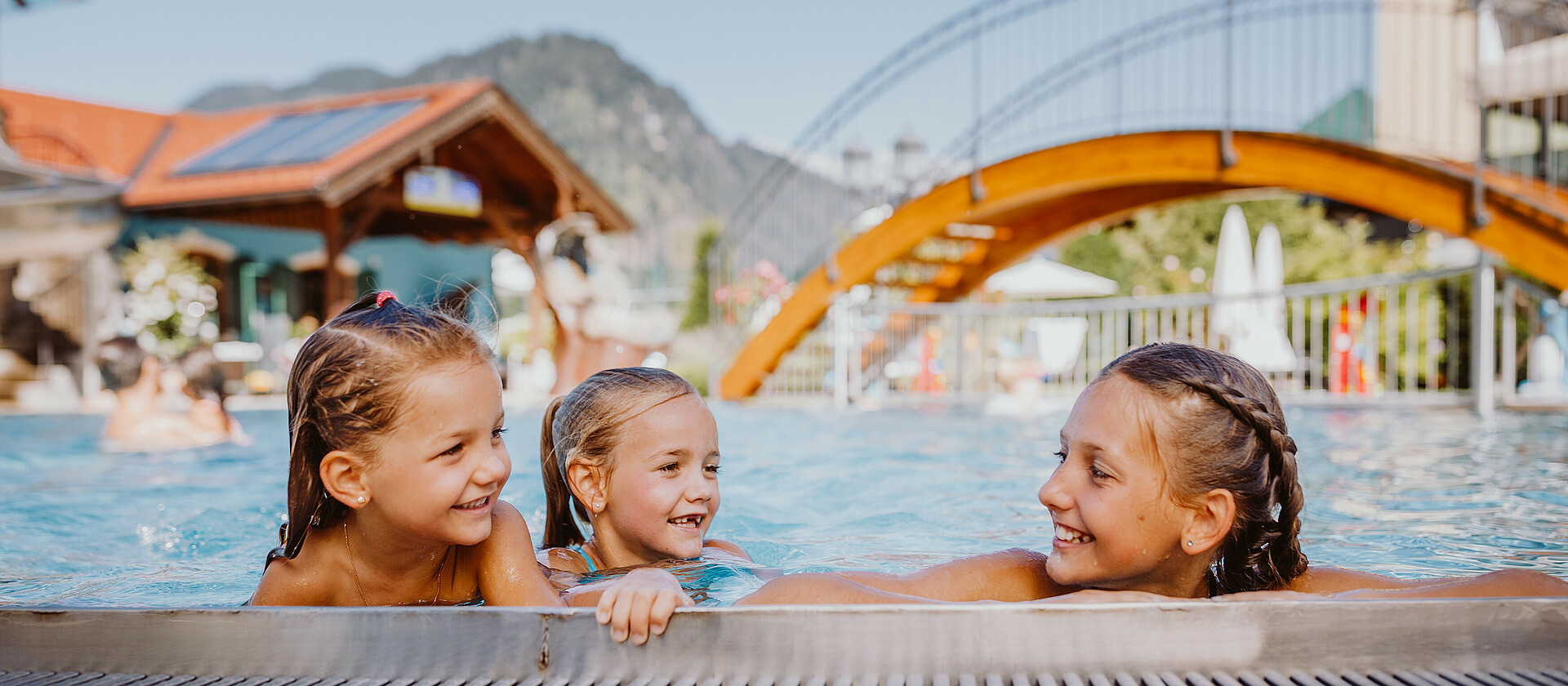 Kinder im Outdoor Pool im Wellnesshotel Berghof im Pongau